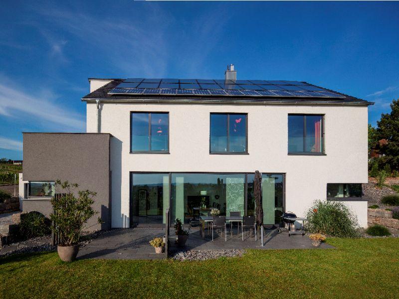 Modernes massivhaus von baumeister haus haus rademacher for Haus mit satteldach moderne architektur